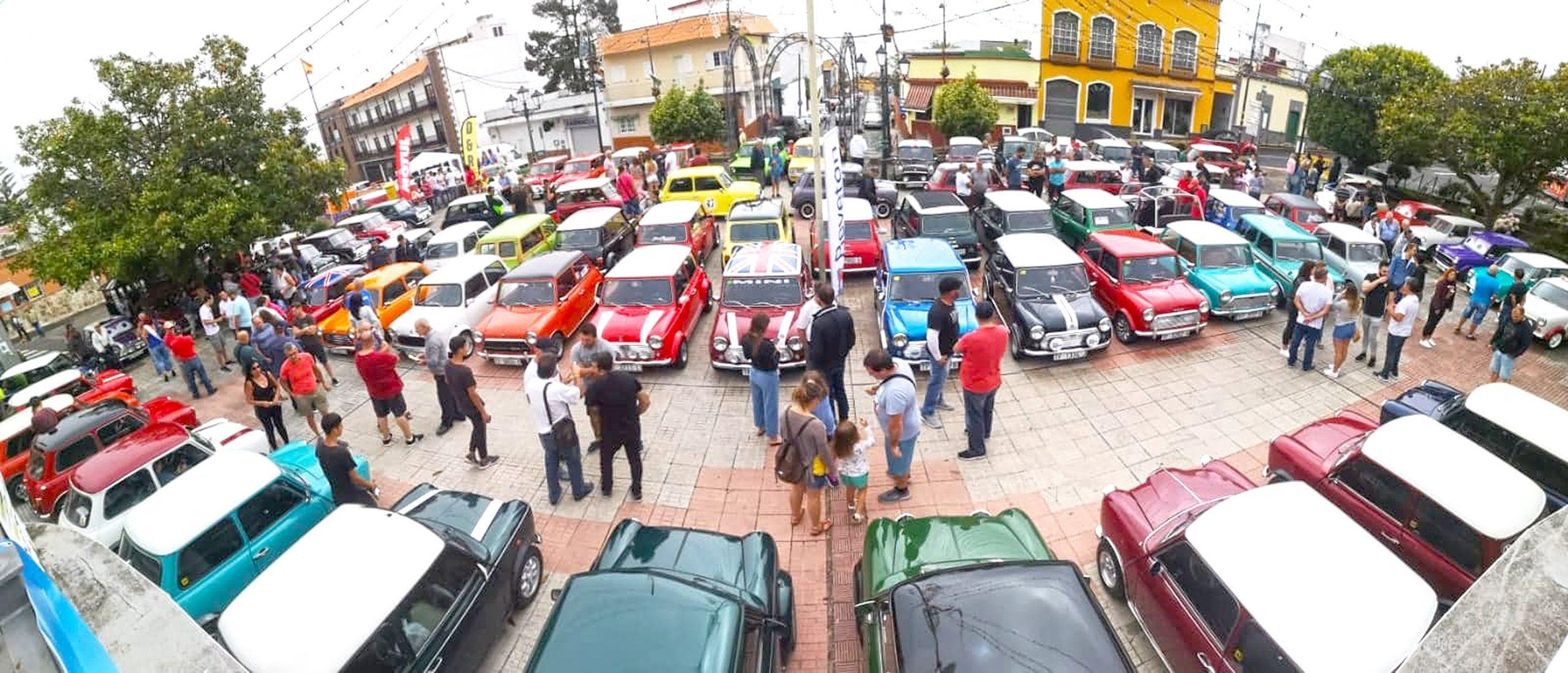 📌 Un centenar de vehículos celebran el 60 aniversario del Mini en la 🚗💨 VIII Exposición de Minis Clásicos de La Esperanza.